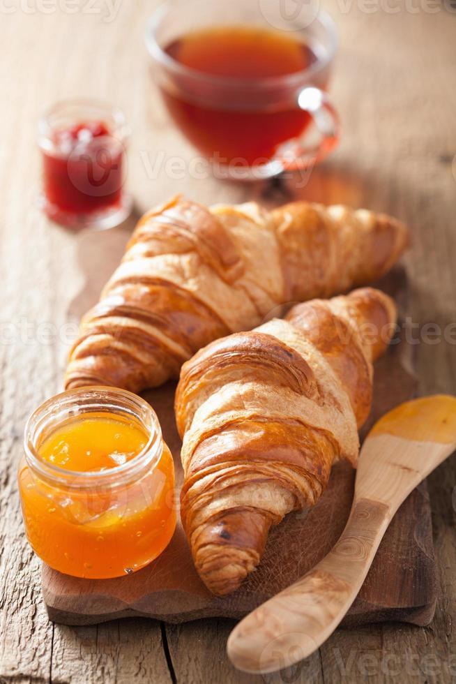 frische Croissants mit Marmelade zum Frühstück foto