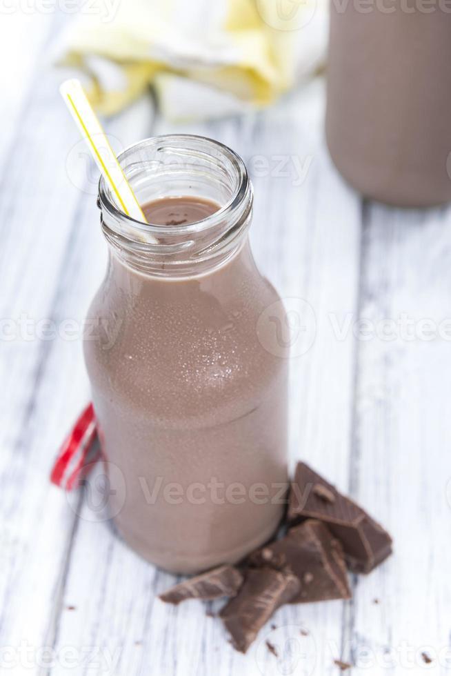Schokoladenmilch in einer kleinen Flasche foto