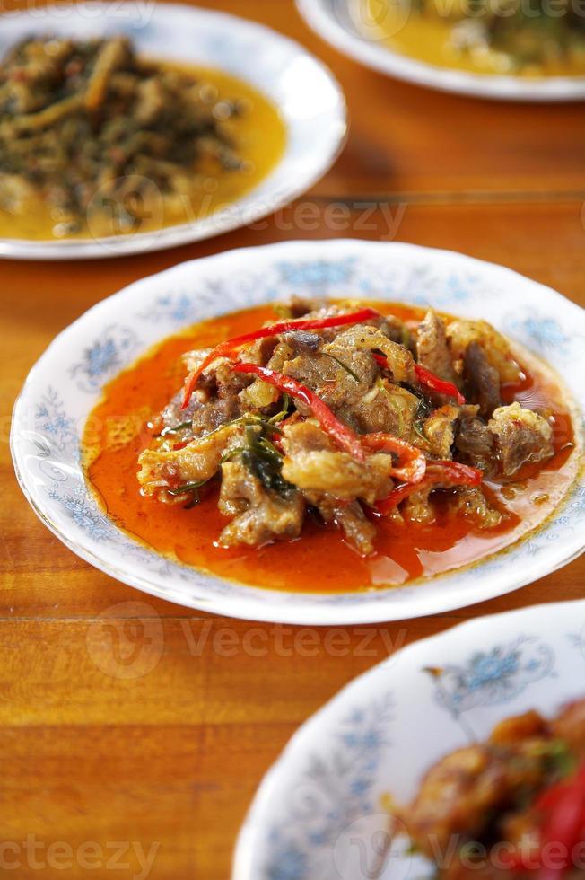 Nahaufnahme thailändisches würziges Schweinefleisch-Curry foto