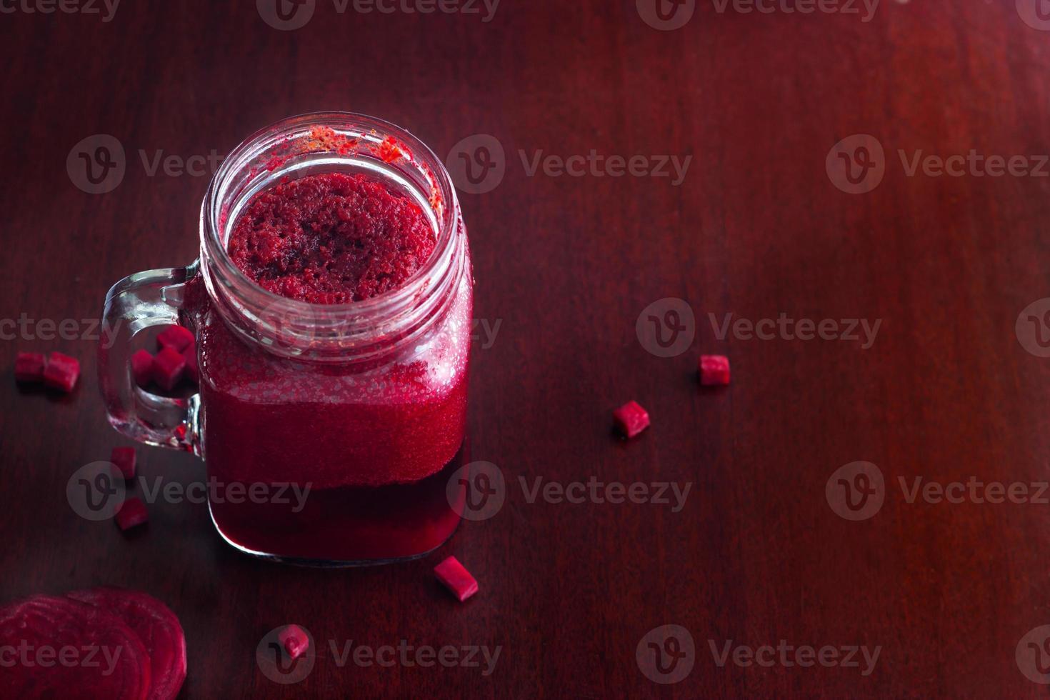 Rote-Bete-Smoothie gesund und Kraut auf Holztischhintergrund foto