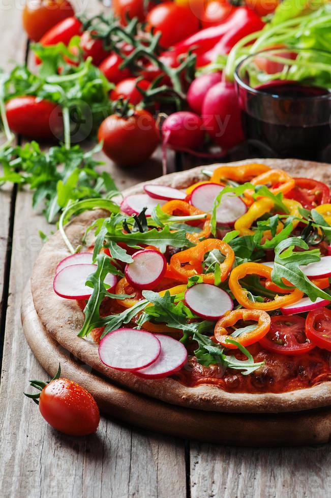 vegane Pizza mit Radieschen, Tomate und Paprika foto