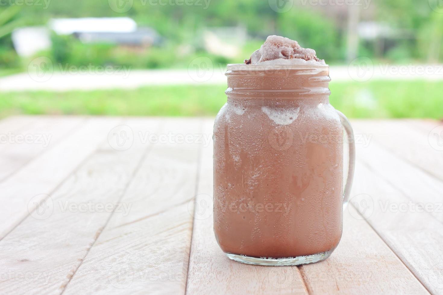 Schokoladen-Smoothie auf einem Holztisch foto