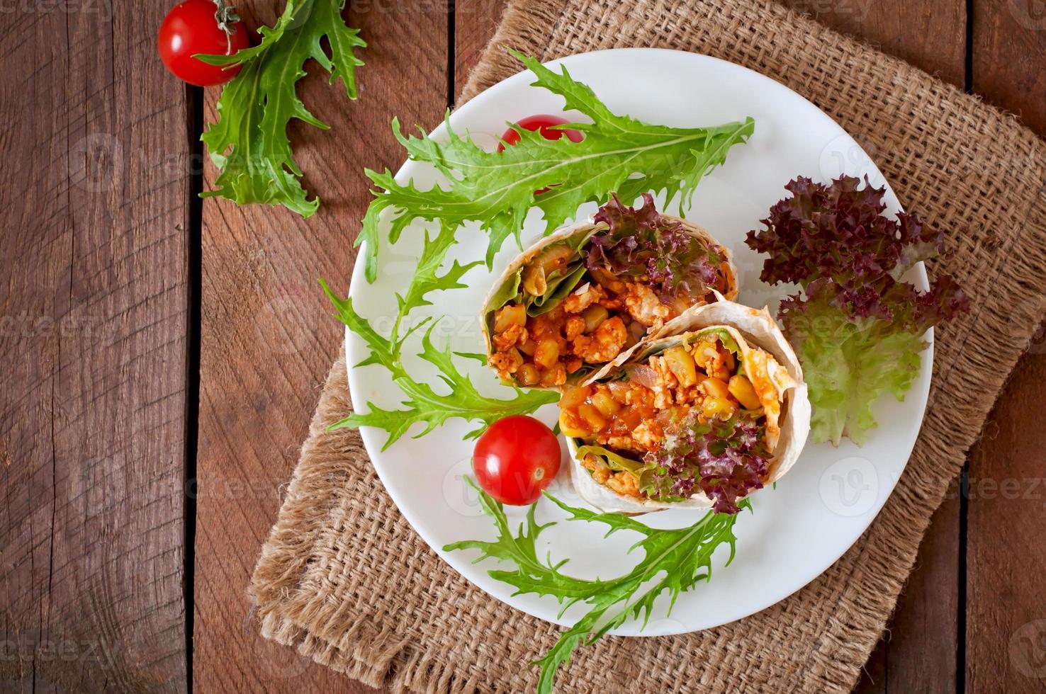 Burritos Wraps mit Hackfleisch und Gemüse foto