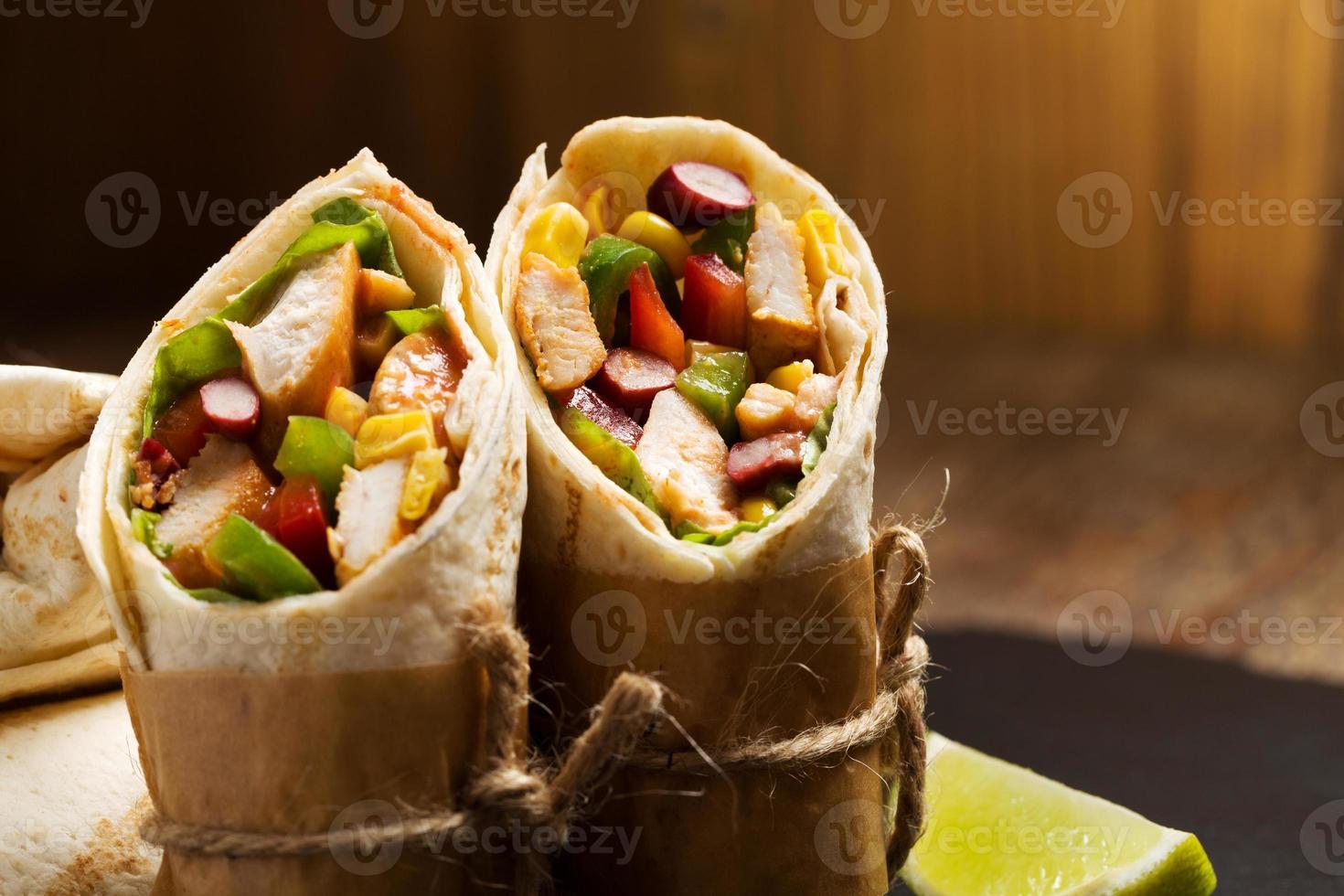 Burritos Wraps mit Hühnchen foto