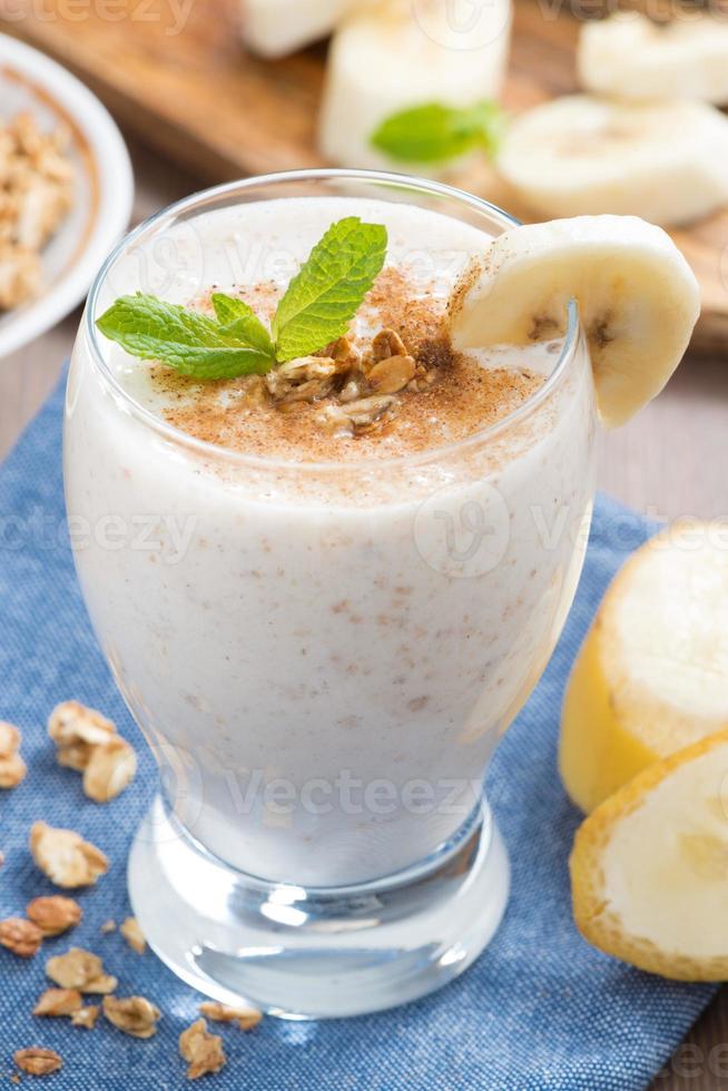 Milchshake mit Banane, Müsli und Zimt, Nahaufnahme foto