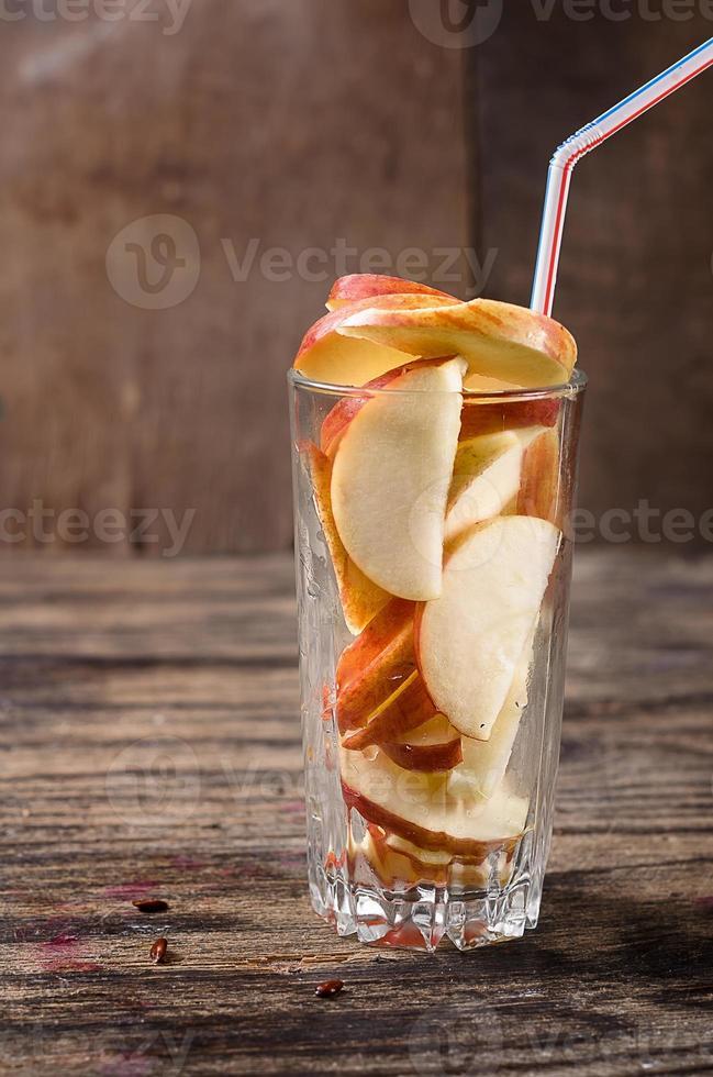 Glas mit Apfelscheiben foto
