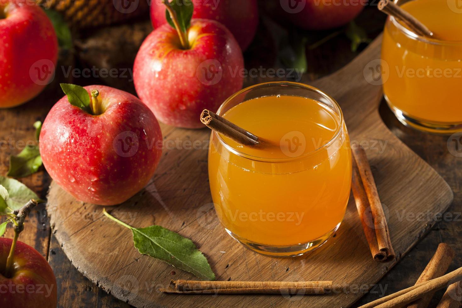 Bio-Apfelwein mit Zimt foto