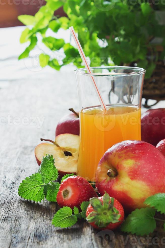 Fruchtsaft, reife Äpfel und Erdbeeren foto