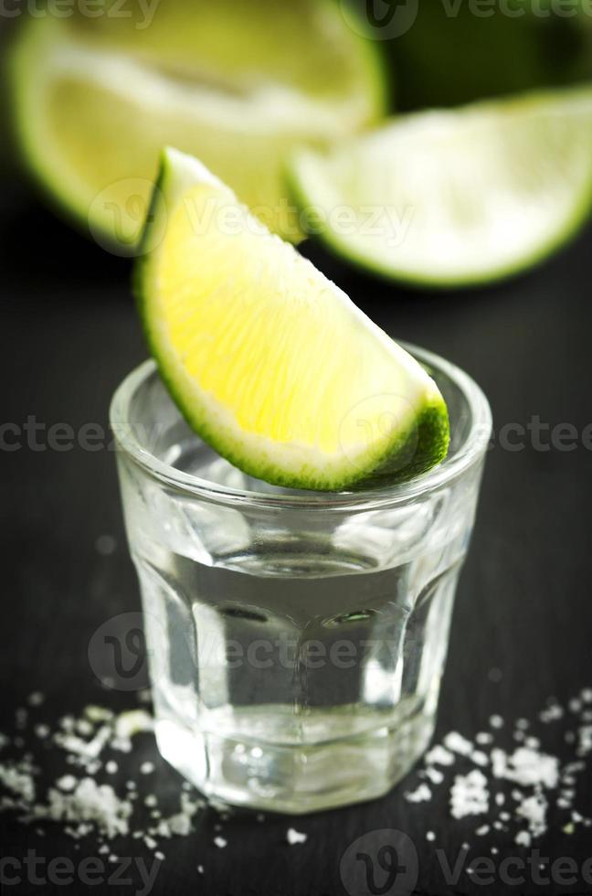 Tequila mit Limette geschossen foto