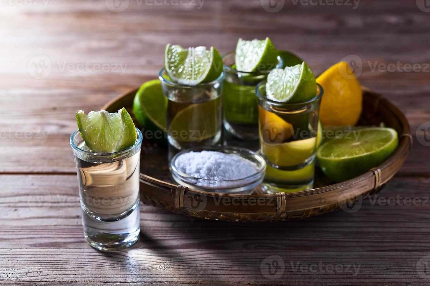 Goldtequila mit Salz und Limette foto