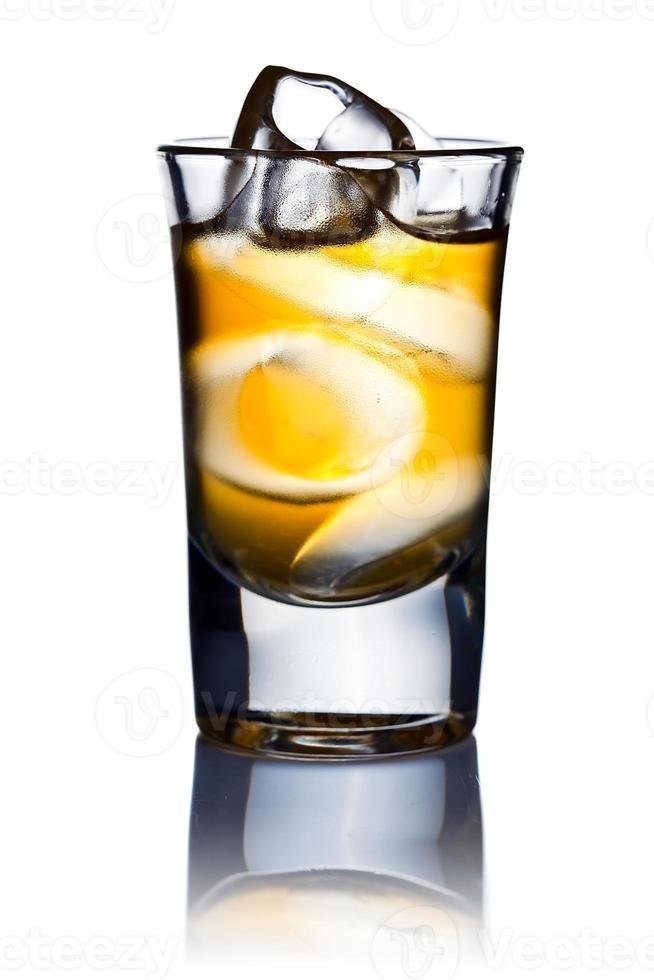 alkoholisches Getränk und natürliches Eis isoliert auf Weiß foto
