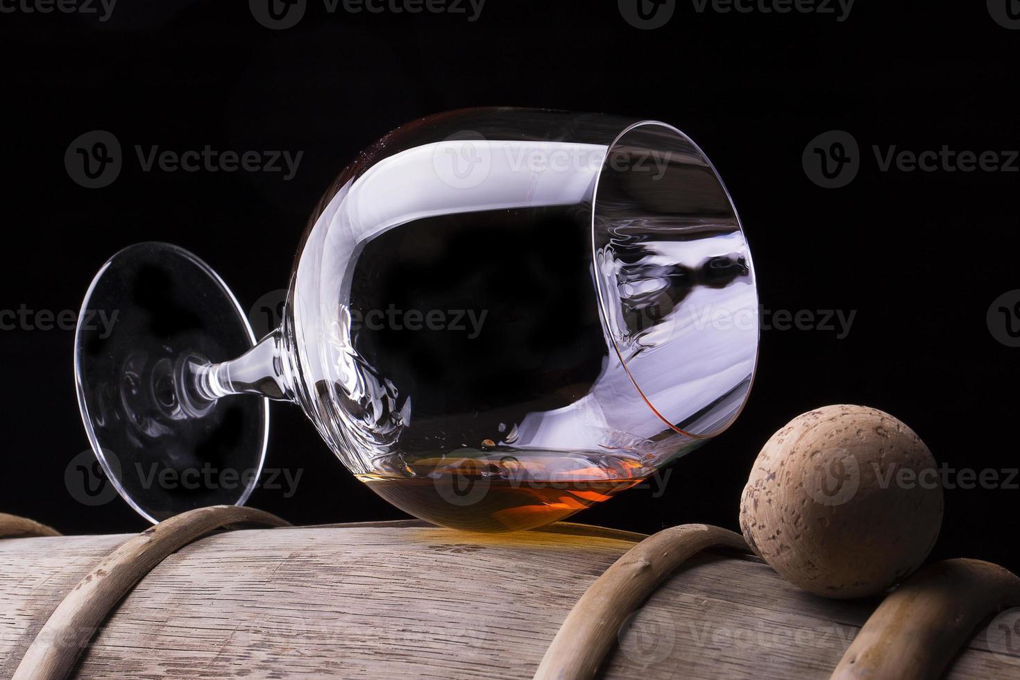 Cognac oder Brandy auf einem Holzfass foto