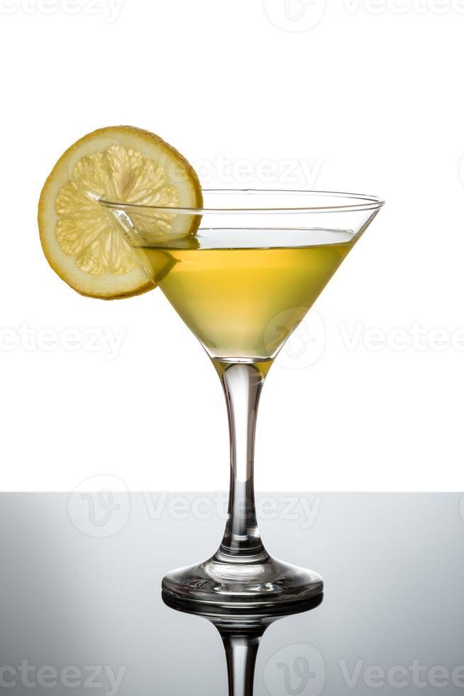 Zitronen-Martini mit Zitronenscheibe foto