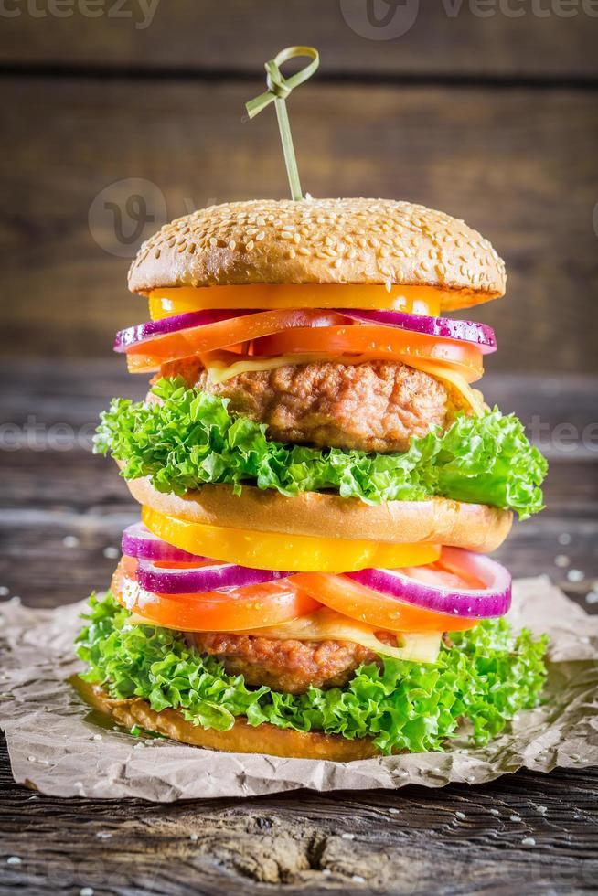 Genießen Sie Ihren leckeren Doppeldecker-Hamburger foto