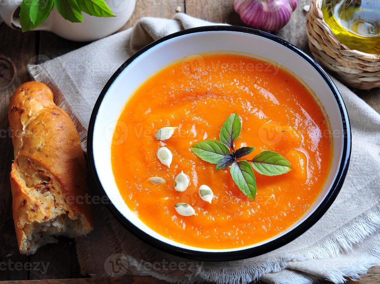 vegetarische Kürbissuppe mit Knoblauch, Basilikum und Olivenöl foto