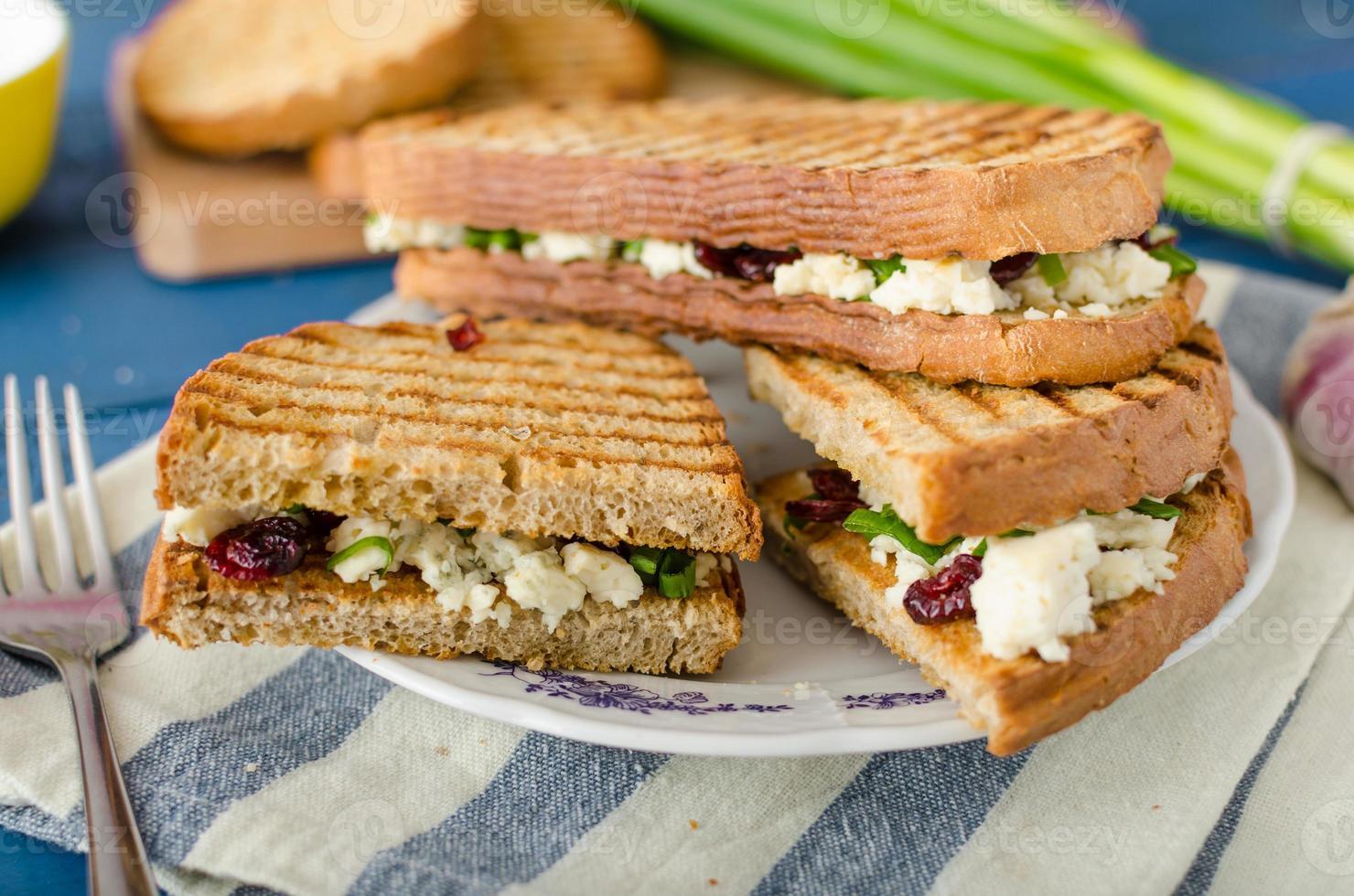 Sandwich mit Blauschimmelkäse und Preiselbeeren foto