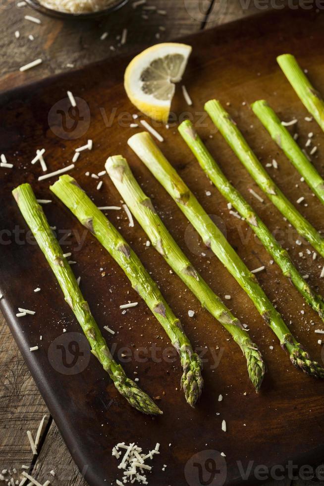 hausgemachter gekochter grüner Spargel foto