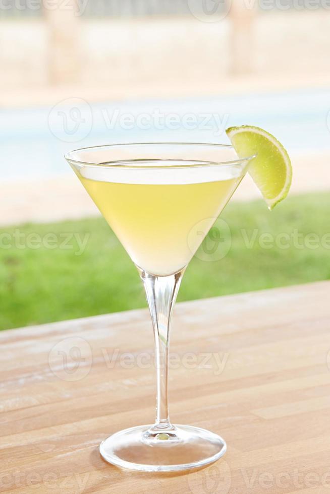klassischer Daiquiri-Cocktail am Pool im Freien foto