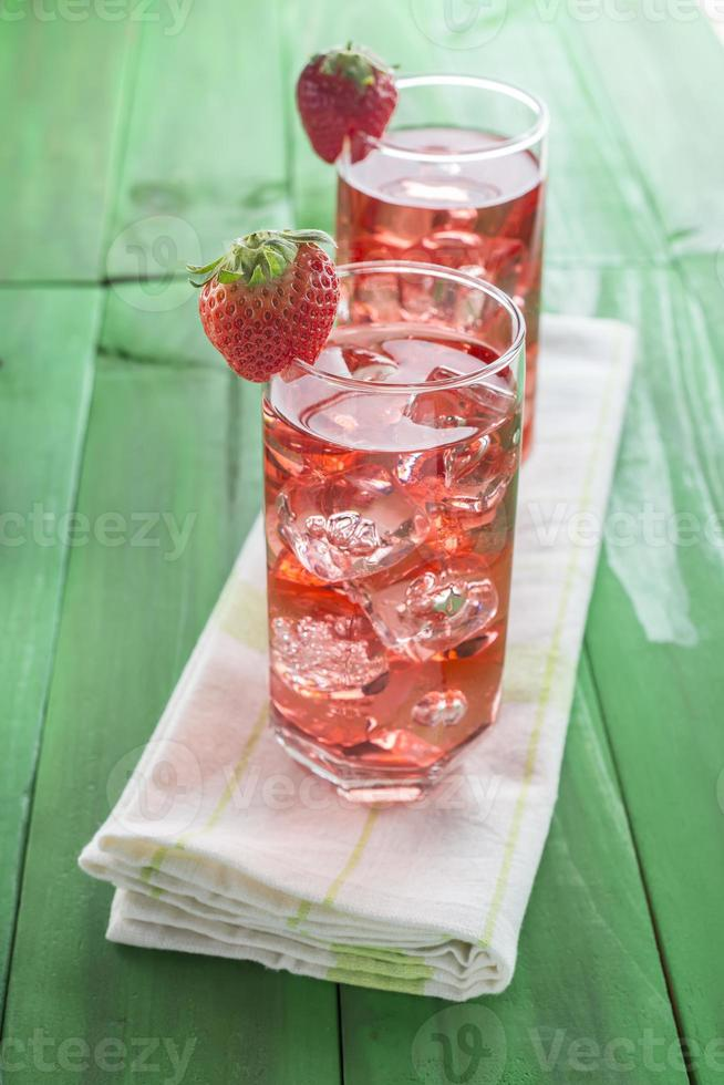 Cocktail auf Erdbeersaftbasis foto