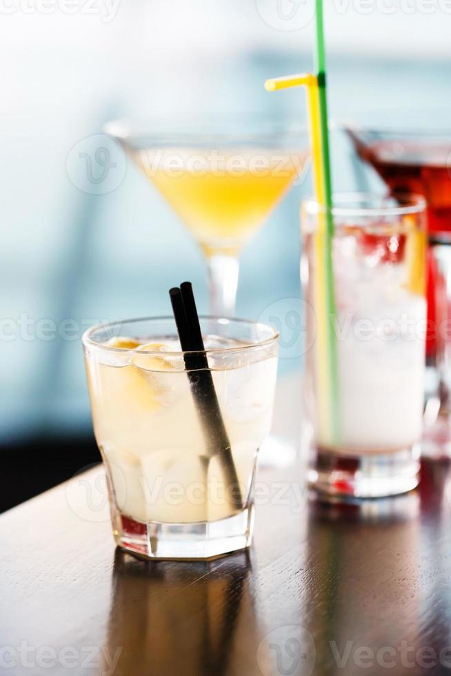 Cocktails in der Bar foto
