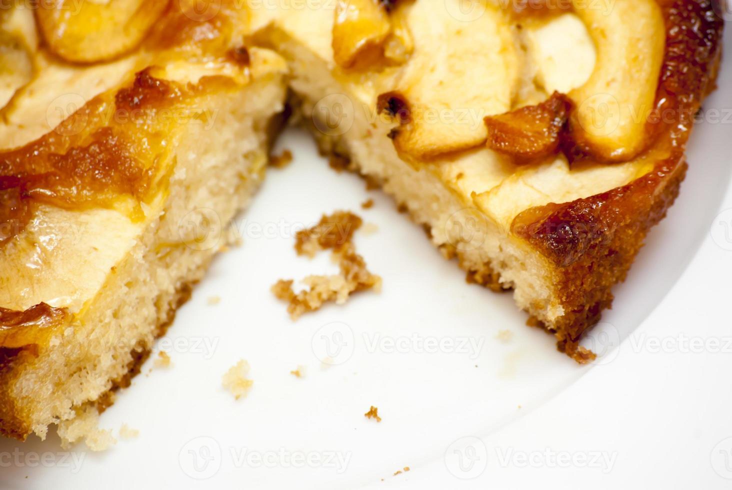 Apfelkuchen auf einem weißen Teller foto
