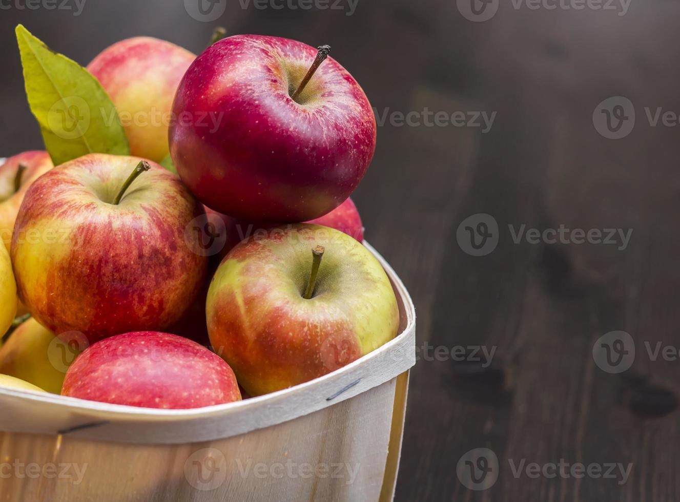 äpfel im holzkorb foto