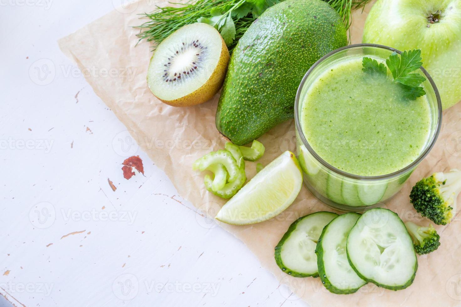 grüner Smoothie und Zutaten - Avocado, Apfel, Gurke, Kiwi, Zitrone foto