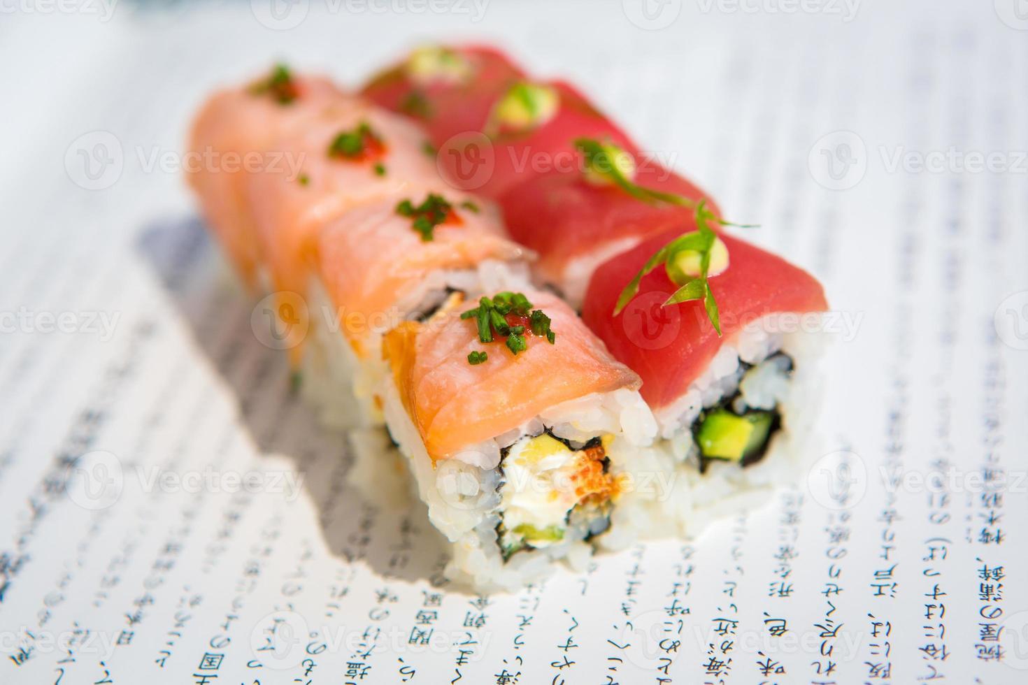 Sushi-Rollen auf einem Teller serviert foto