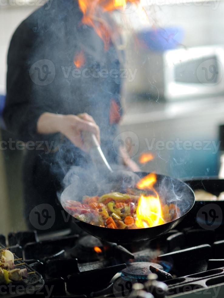 Küchenchef bereitet Mahlzeit zu foto