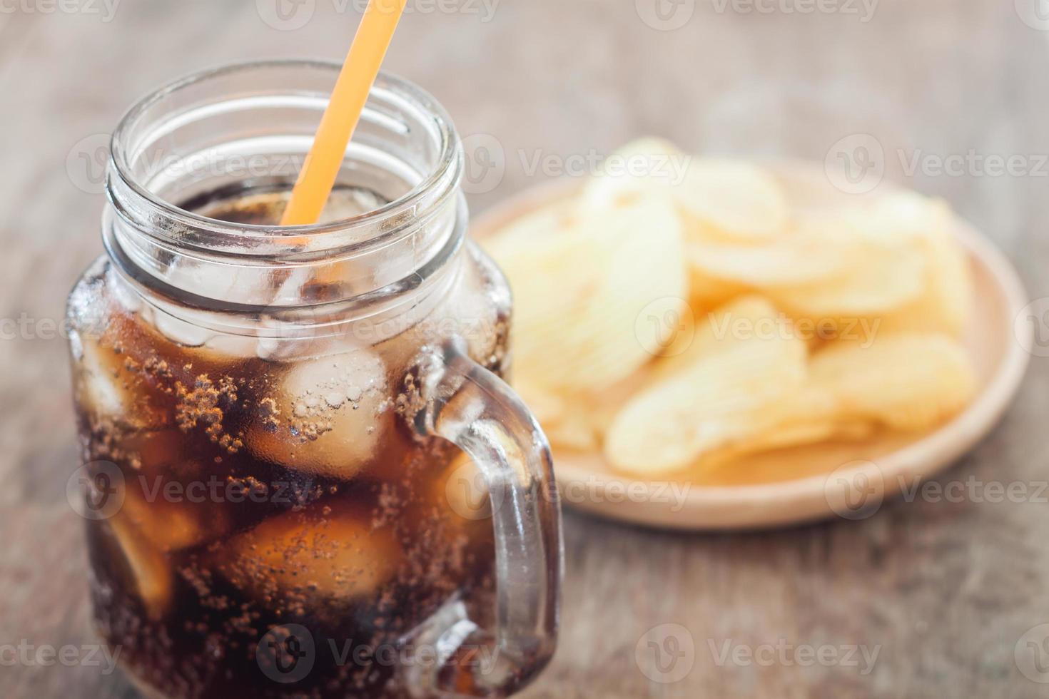 gefrorene Cola mit Kartoffelchips foto