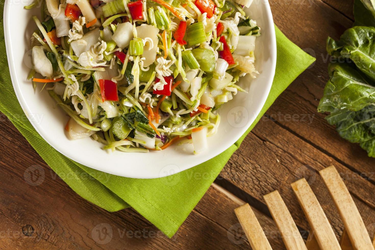 asiatischer Bok Choy und Ramen Salat foto