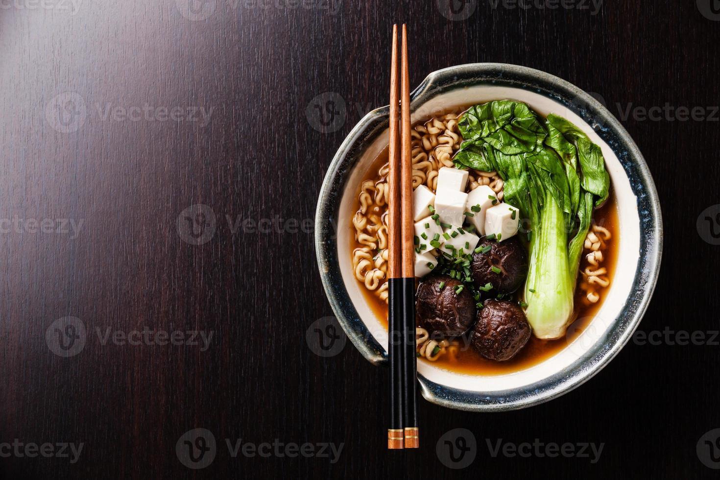Miso Ramen asiatische Nudeln mit Shiitake, Tofu und Pak Choi foto