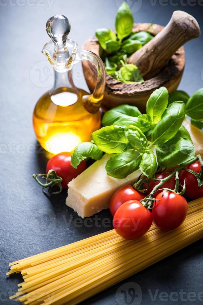Zutaten für italienische Spaghetti foto