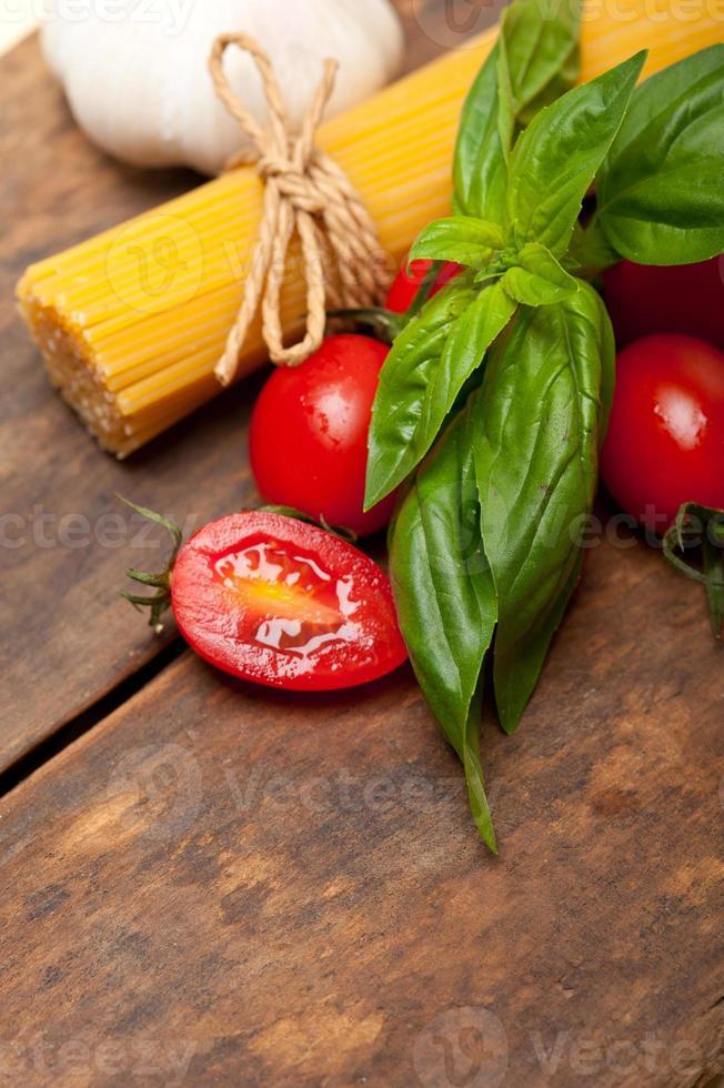 italienische Spaghetti Pasta Tomate und Basilikum foto