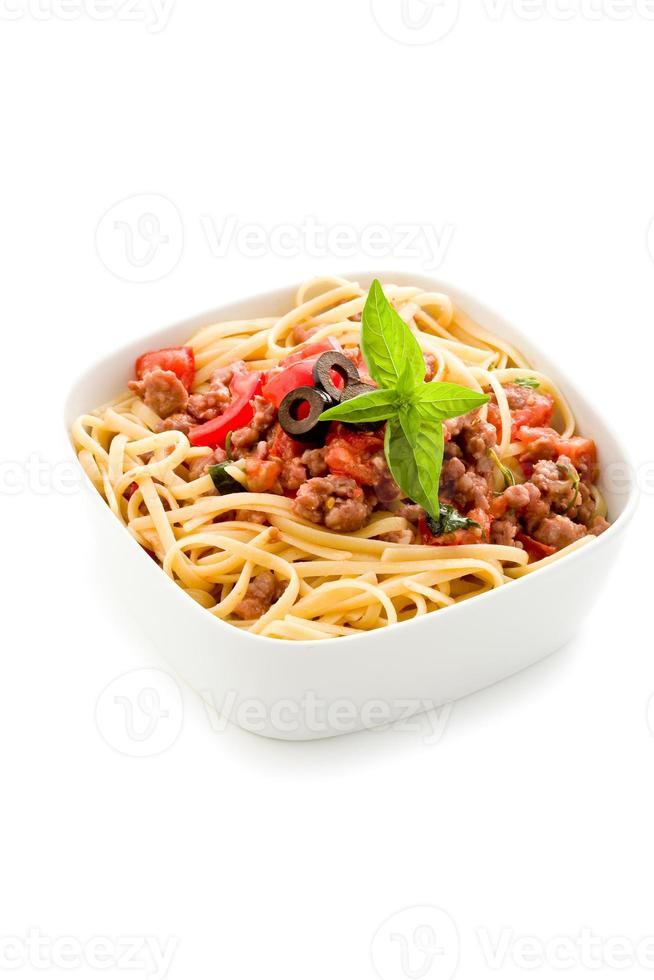 Nudeln mit italienischer Wurstfleischsauce auf weißem Hintergrund foto