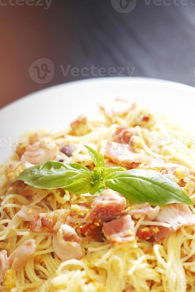 Spaghetti Carbonara mit gebratenem Speck foto