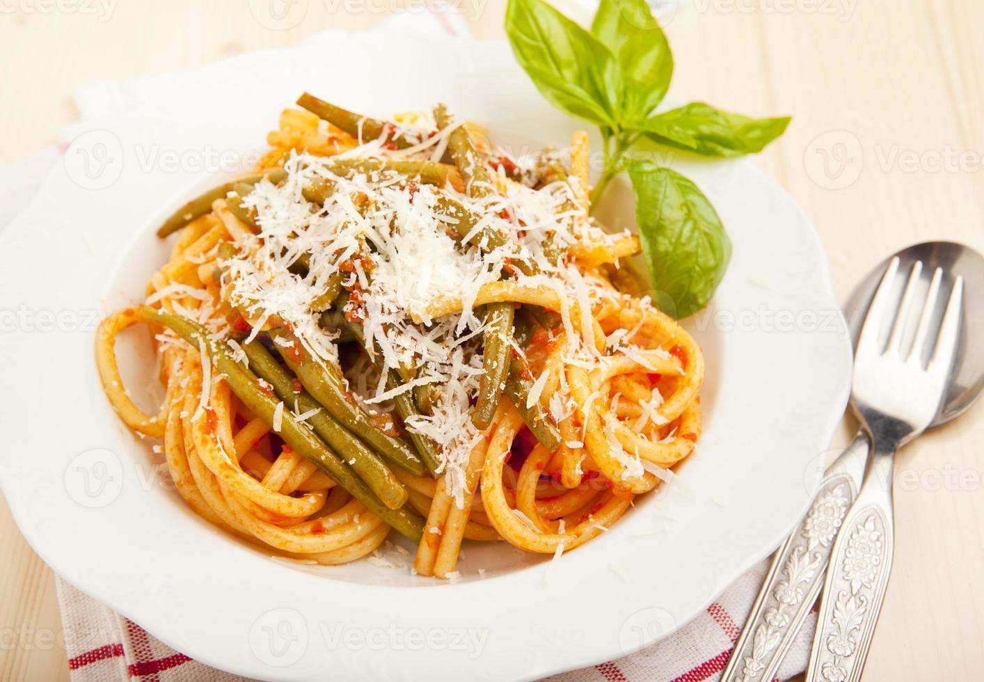 Nudeln mit Tomatensauce und grünen Bohnen. Parmesan Käse. frisch foto