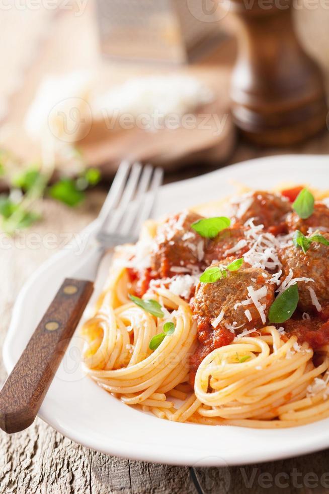 Spaghetti mit Fleischbällchen in Tomatensauce foto
