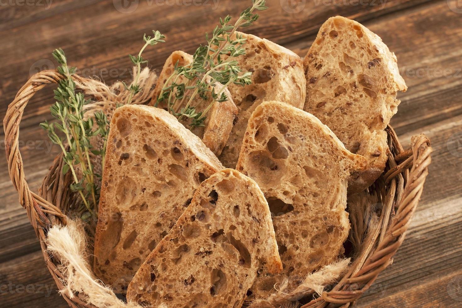 leckeres Baguette im Weidenkorb foto