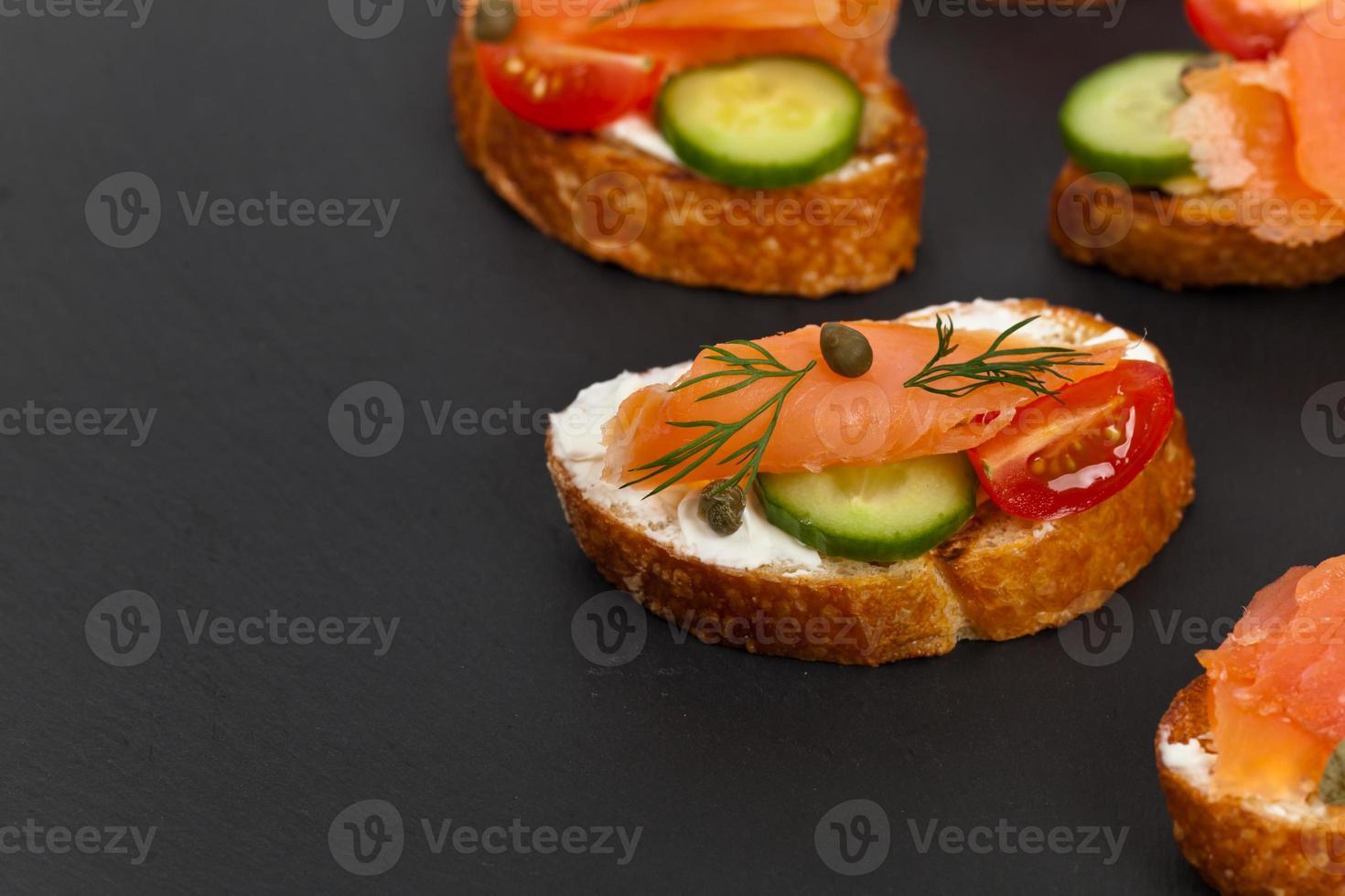 Fingerfood Canape mit geräuchertem Lachs foto