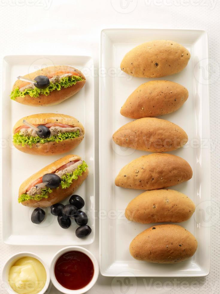 Brotbrötchen und Sandwichbrötchen auf weißem Hintergrund foto