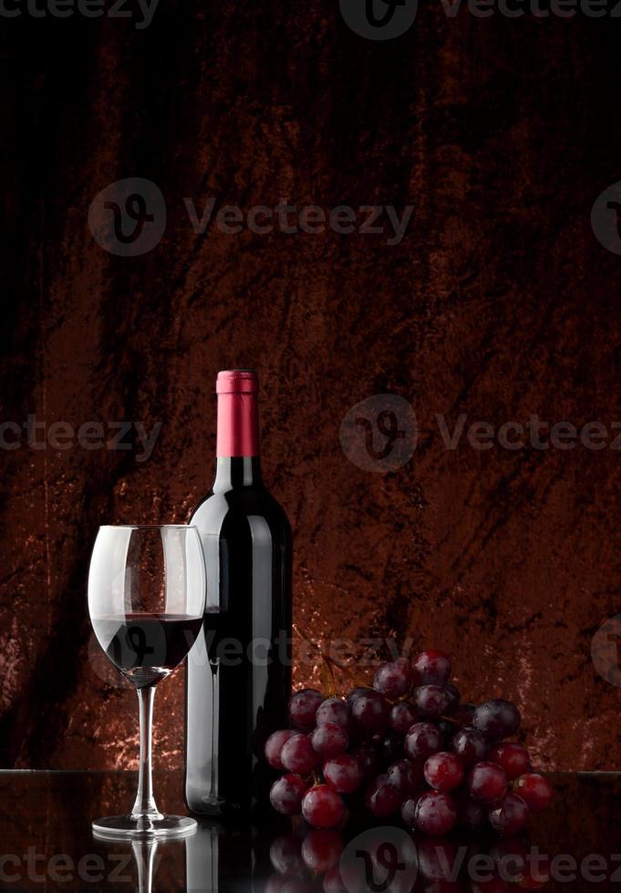 Wein auf dem Tisch foto