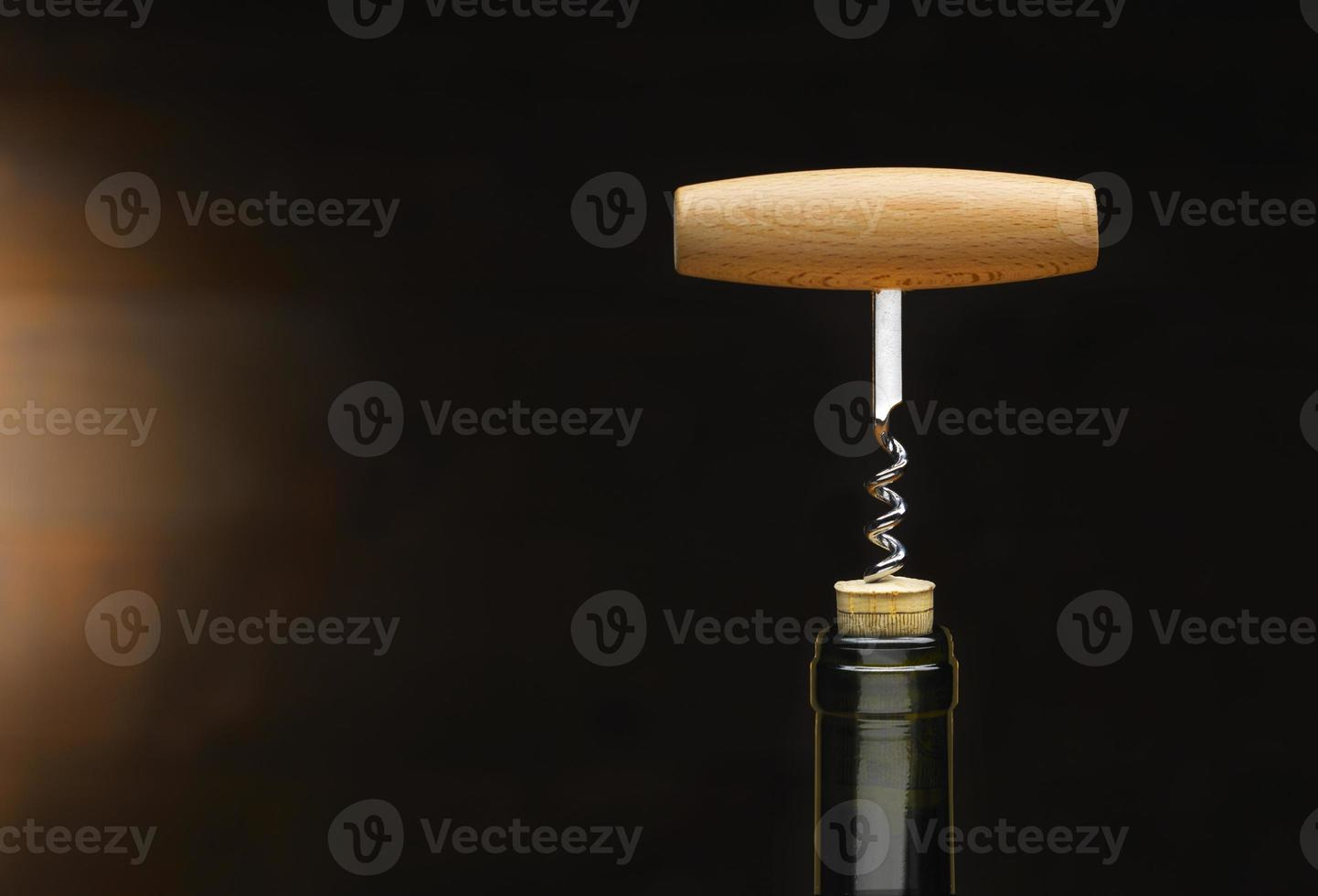 Korkenzieher auf einer Flasche Wein foto