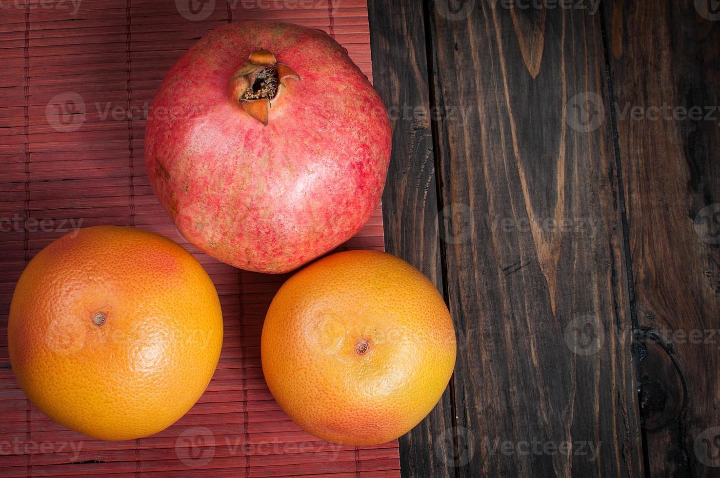 Granatapfel und Grapefruit. Obstsorte auf Holz foto