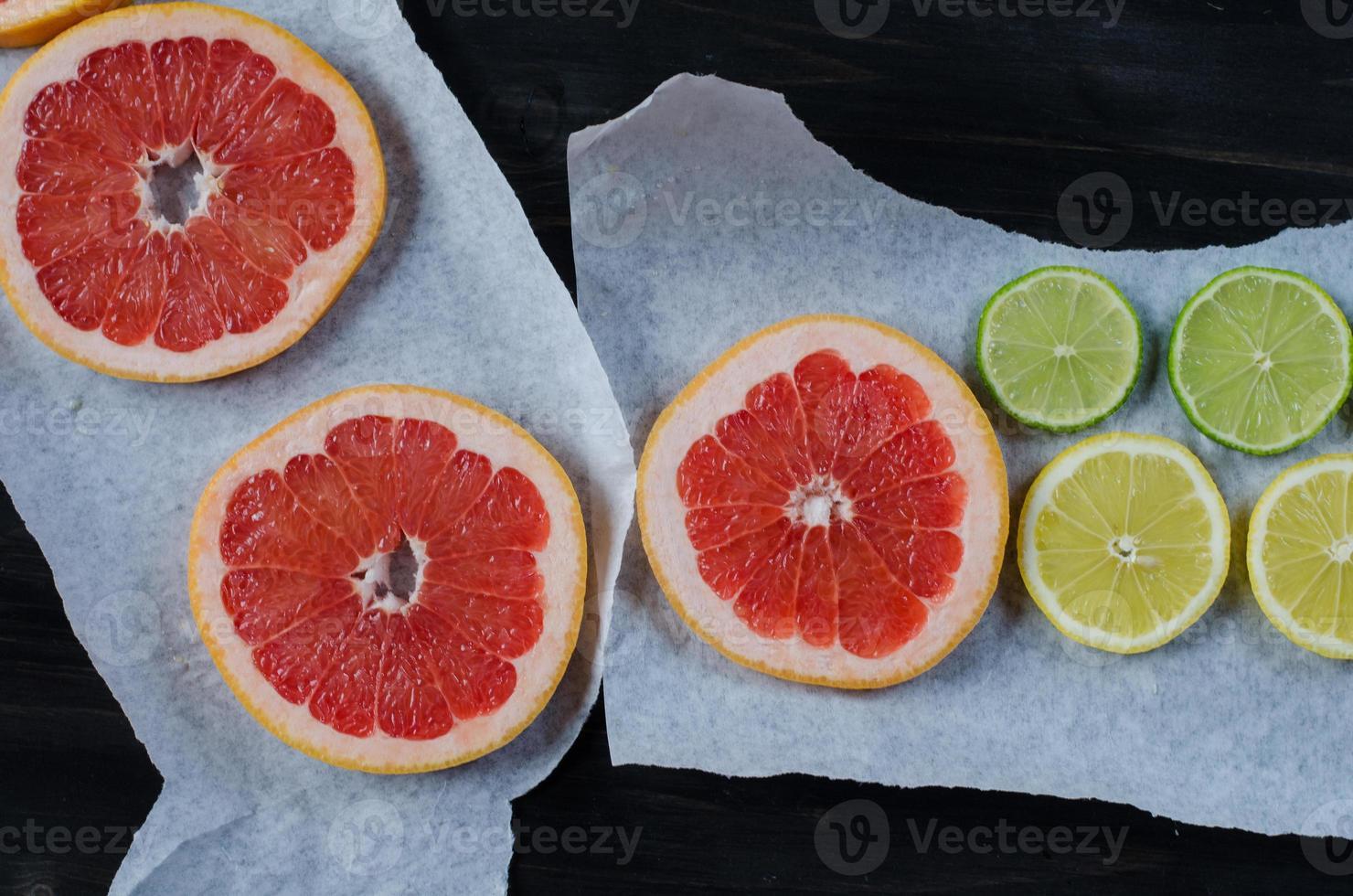 Zitrusfrüchte auf Backpapier foto