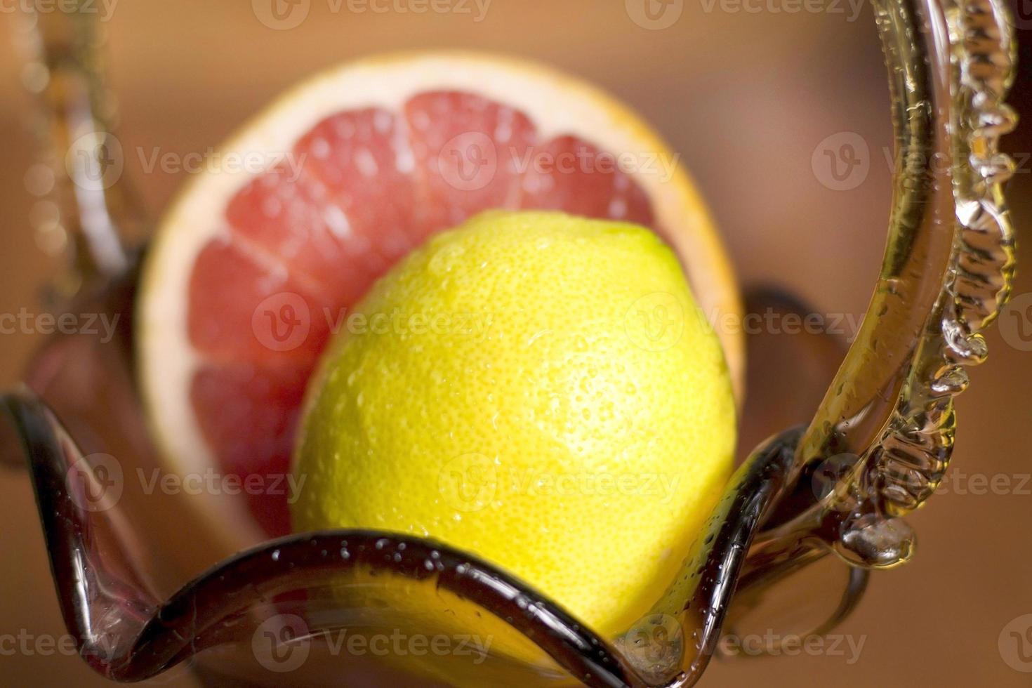 Grapefruit und Zitrone liegen in einer Vase foto