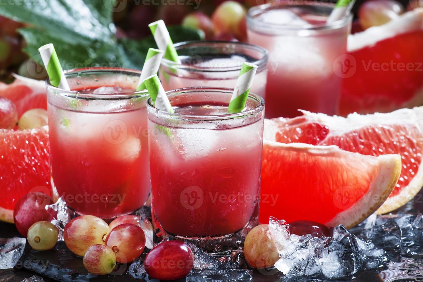 Trauben-Grapefruit-Cocktail mit Crushed Ice foto