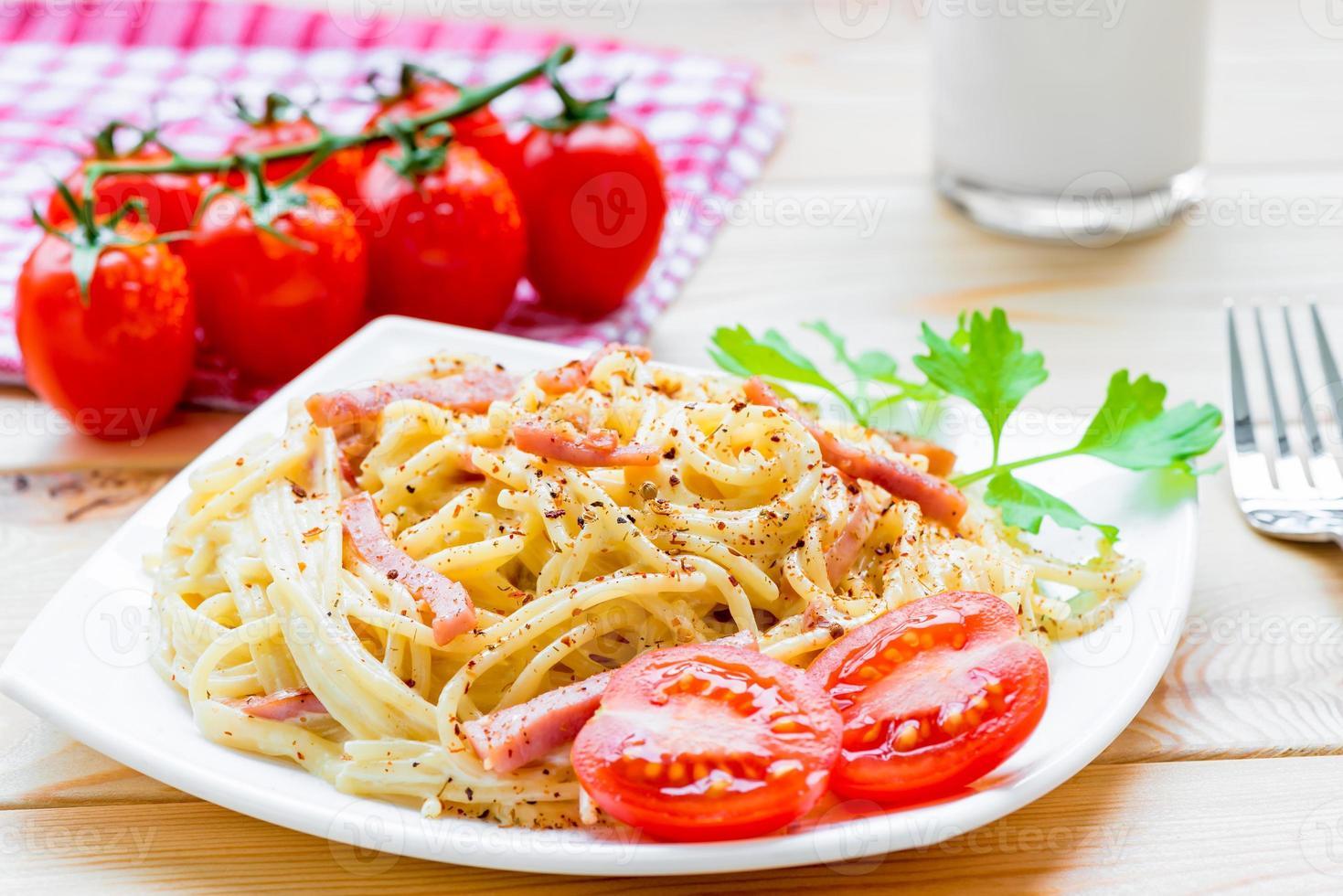 Pasta Carbonara auf der weißen Platte Nahaufnahme foto