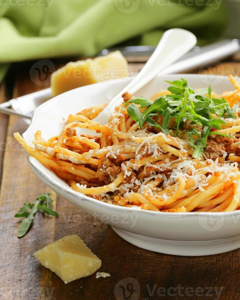traditionelle Pasta mit Tomatensauce Spaghetti Bolognese mit Parmesan foto