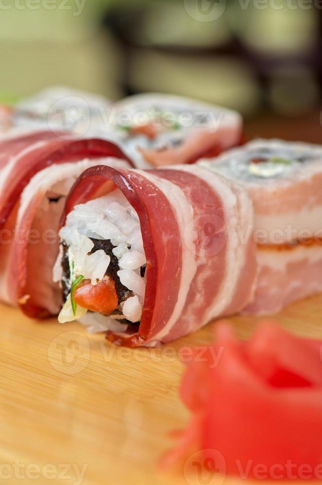 Sushi-Rolle mit Speck foto